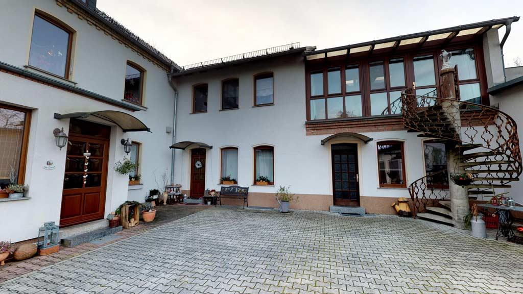 360-Grad-Besichtigung-Immobilien-Stadtvilla-mit-Luxusausstattung-Hofansicht